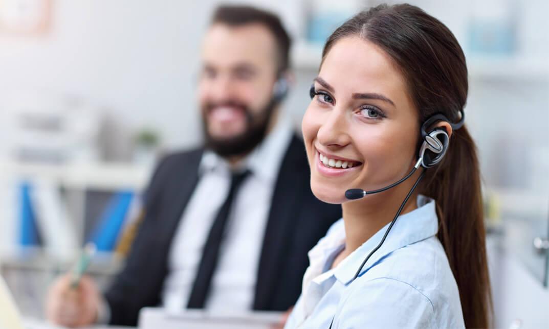 Nhân viên tư vấn nhiệt tình hỗ trợ khách về dịch vụ sửa lò vi sóng Sharp